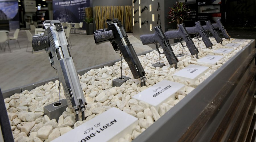 Pistolen von Arsenal Firearms am Messestand der IWA 2017