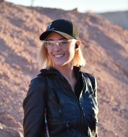 Frau bei Industry Day at the Range SHOT Show 2017