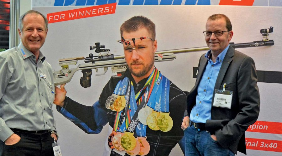Heiri Bleiker (links) und Manfred Ruefli von Champion-Schiessbrillen am Messestand.