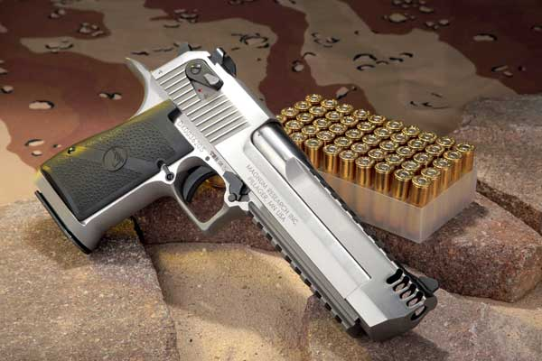 "Magnum Research Desert Eagle XIX 6"" IMB in .44 Magnum in linker Seitenansicht auf Steinen mit Munition."