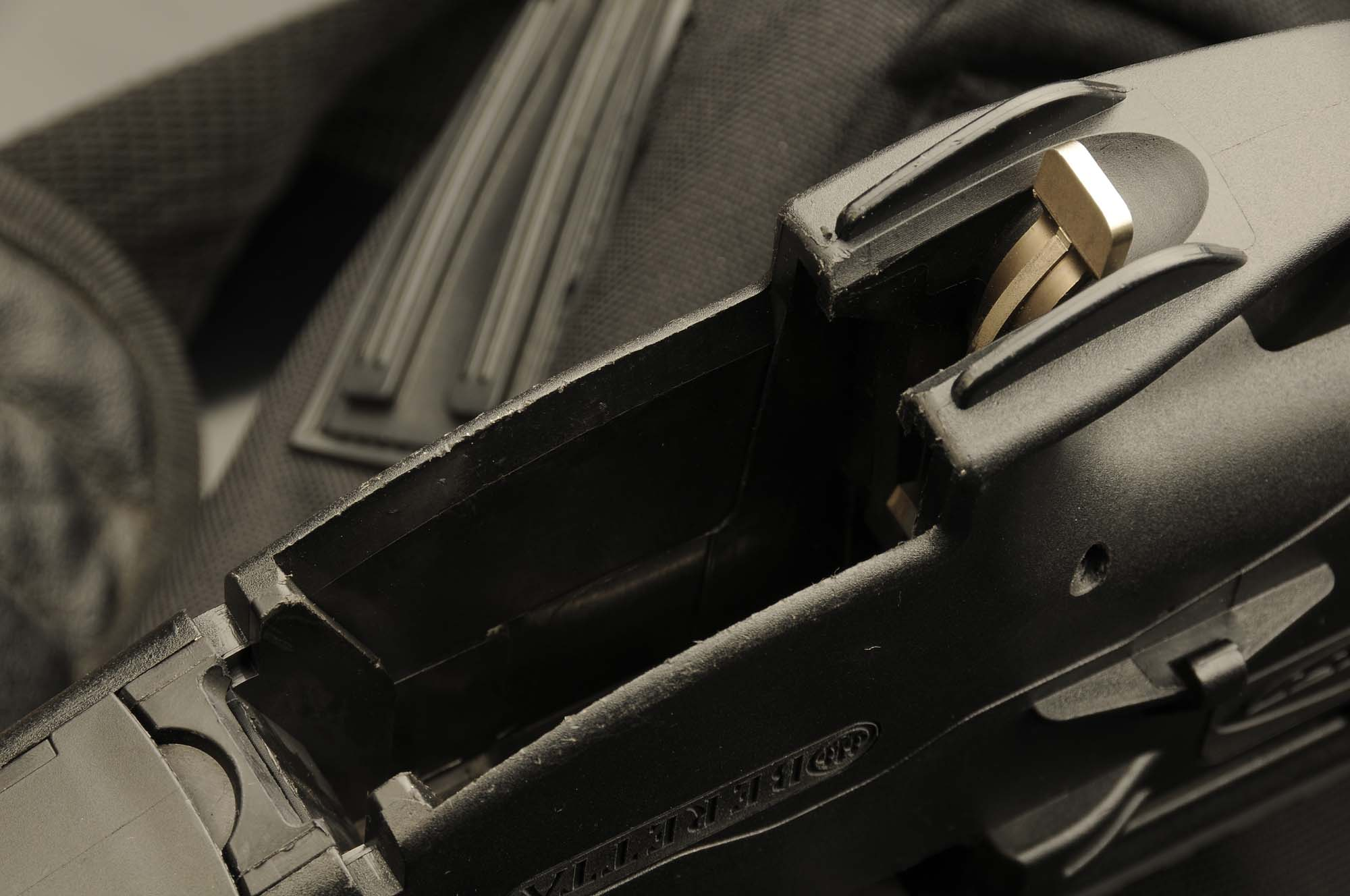 The lower and side buttons for the hold open/release of the magazine, as found on the NATO caliber version, on the 7.62x39mm variant are replaced by a single metal lever