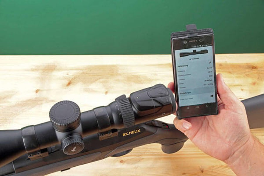 Configuring the Swarovski dS 5-25×52 P using the configurator smartphone app. The ballistic values are transmitted to the rifle scope by Bluetooth.