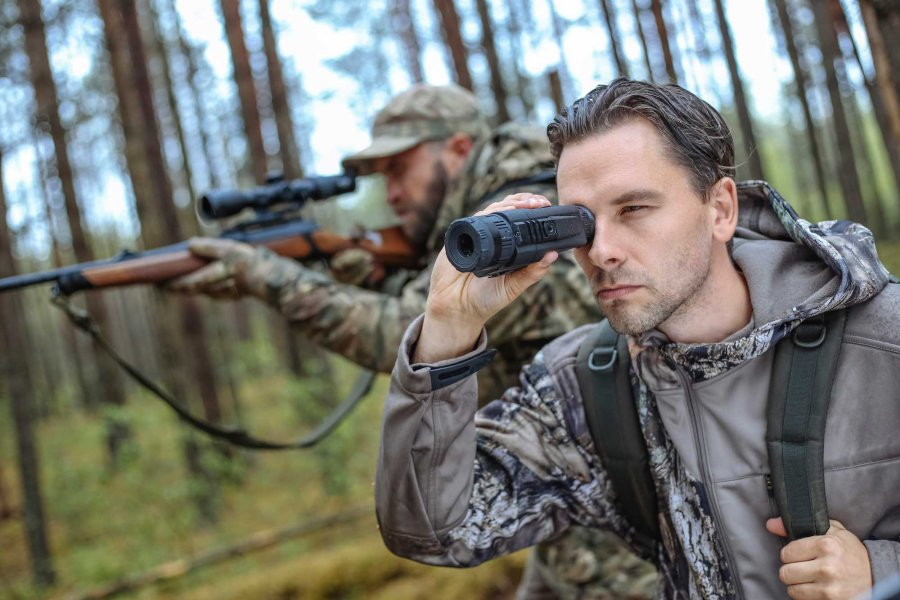 Hunter with thermal imaging device Pulsar Quantum Lite XQV