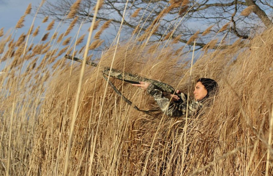 Lady hunting in the woods with Beretta A400 Xtreme
