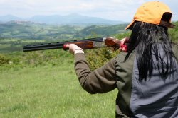 Lady hunter shooting with the Caesar Guerini Tempio Syren