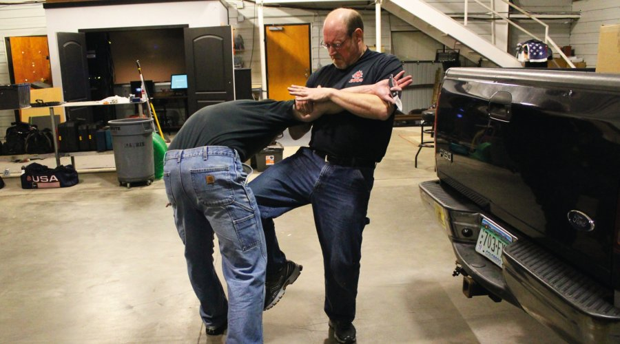 Knife defense: knee blow into the aggressor's groin