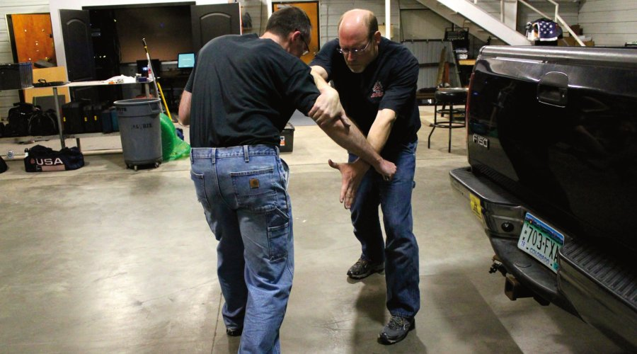 "Knife defense with the ""Split X"": demonstration"