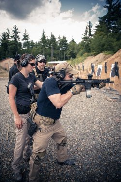 Shooting classes in the outside area of the SIG Sauer Academy with an assault rifle in close combat.