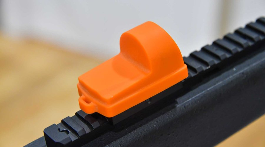 The KAHLES Helia RD red dot sight with an orange cap with integrated slot.