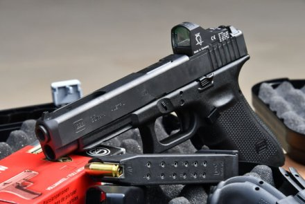 GLOCK pistol G35 MOS with reflex sights next to the magazine and GECO ammunition in .40 S&W