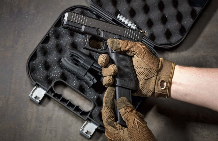 The large handle of the GLOCK 45 offers space for 17 or 19 rounds, depending on the clip.