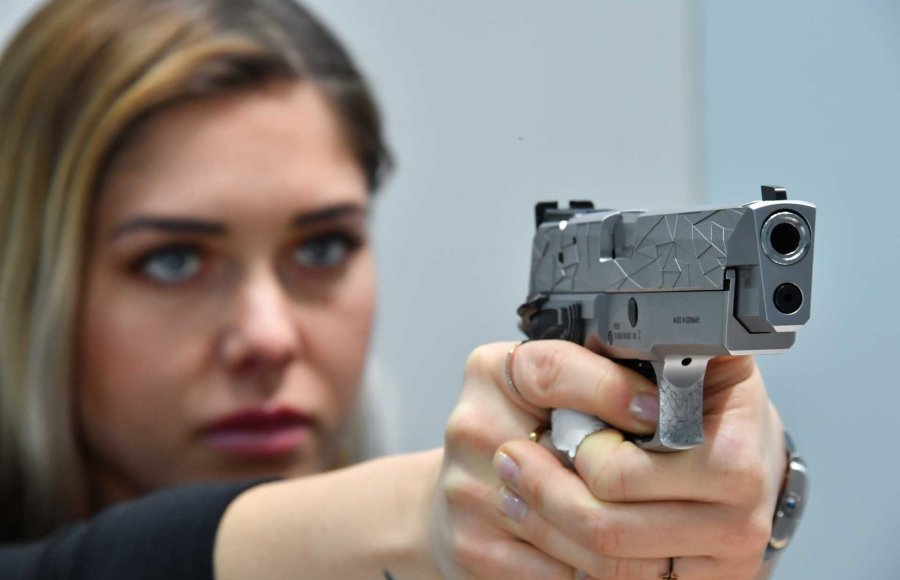 Lady with the SIG Sauer P226 Facettes