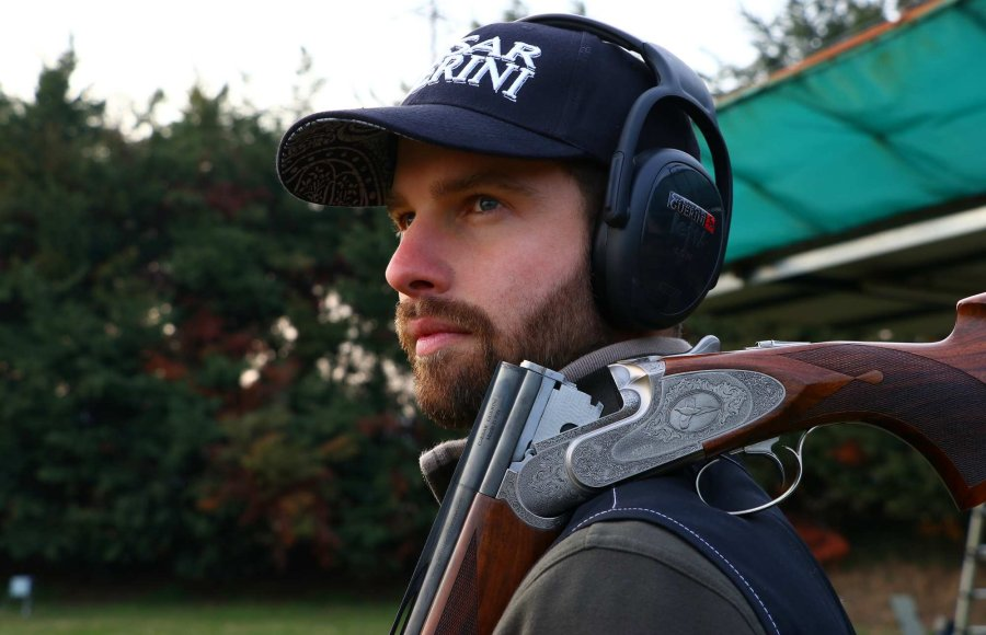 Shooter with the Caesar Guerini Invictus V shotgun.