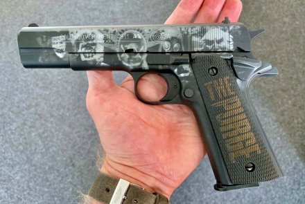 Colt 1911 con incisione del film The Purge