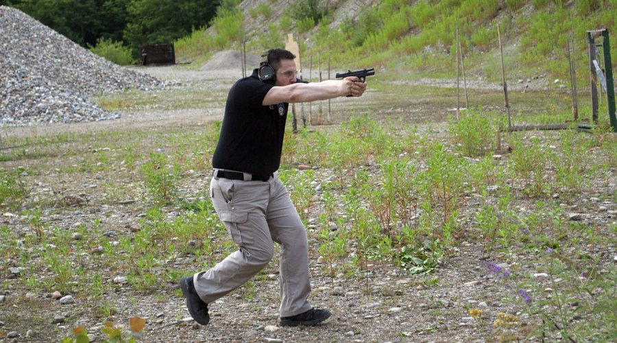 Pistola Smith & Wesson M&P9 nel tiro in movimento